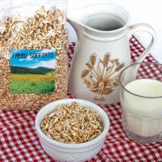 farro soffiato ciotola con latte fresco